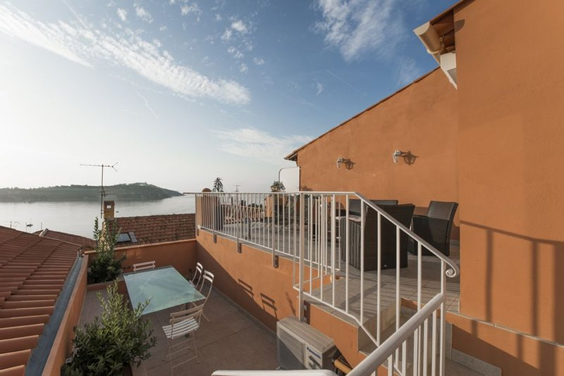 House With Sunny Large Terrace And Stunning Views Of Cap Ferrat, Ferienwohnung in Villefranche-sur-Mer
