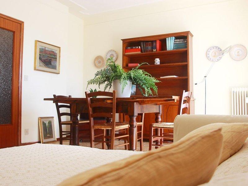 Appartamento luminoso, areato, 4 piano, posto macchina con cancelli, vacation rental in Castellaccio