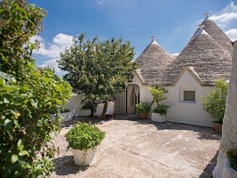 Spectacular trullo, walking distance to Alberobello (UNESCO), vacation rental in Coreggia
