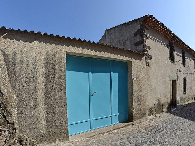 Graziosa casa di paese ristrutturata con terrazza e doppi servizi, holiday rental in Nughedu Santa Vittoria