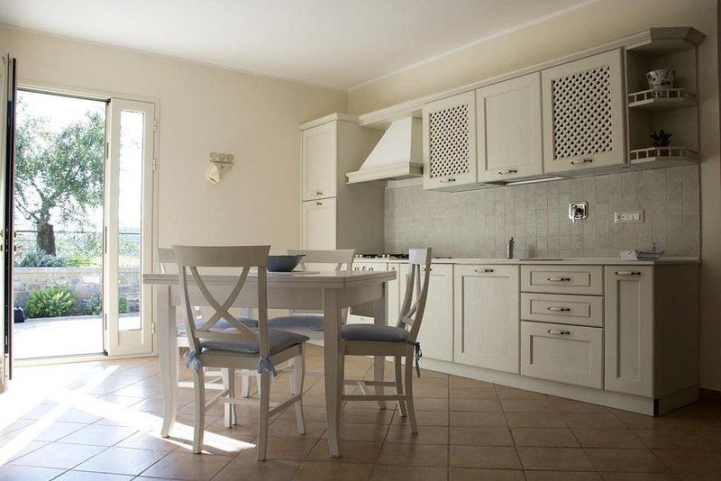 incantevole appartamento in villa a 1,5 km dal mare con posto auto in paese ., vacation rental in San Bartolomeo al Mare