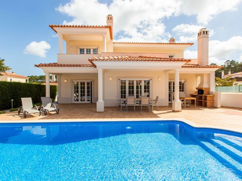 Villa Branca, at Praia d'el Rey - 4 bedrooms, private pool, games room and WiFi, holiday rental in Serra del Rei