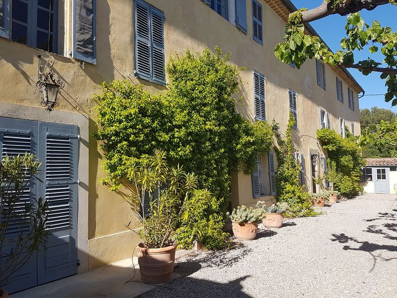 18th Century Bastide in village with large garden and pool., location de vacances à Lorgues