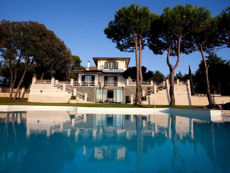 VILLA INDIPENDENTE CON VISTA MARE, PISCINA PRIVATA E GIARDINO DI  12.000 MQ., holiday rental in Riparbella