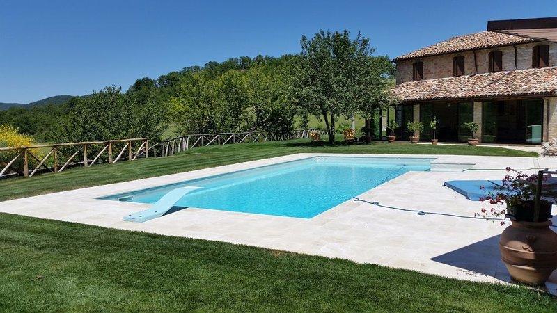 Villa in pietra, con piscina privata, immersa nel verde del Parco Frasassi., holiday rental in Montefortino