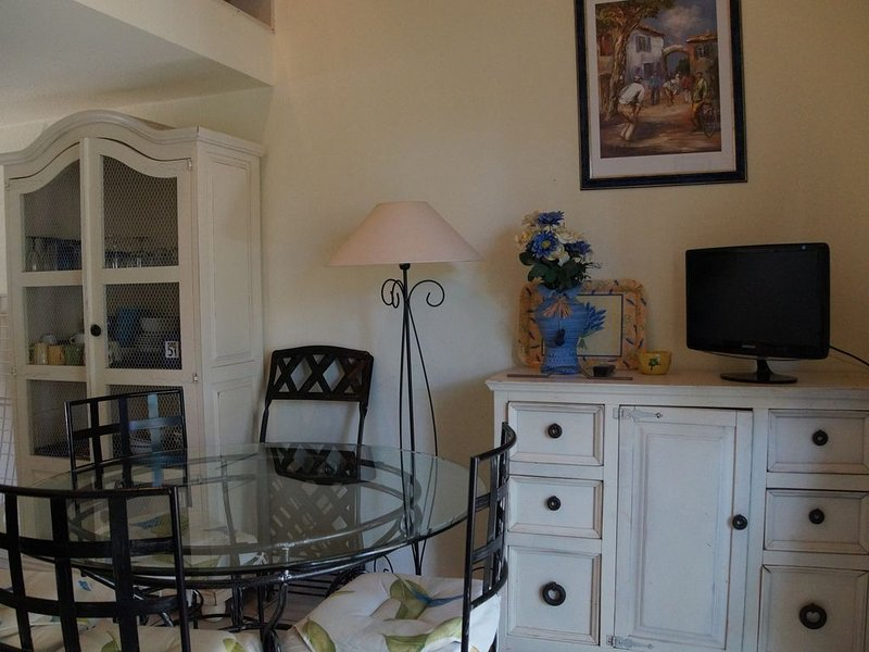 CONFORTABLE VILLA DANS RESIDENCE SECURISEE, CALME, PARKING, PISCINE,PLAGE PROCHE, holiday rental in Valras-Plage