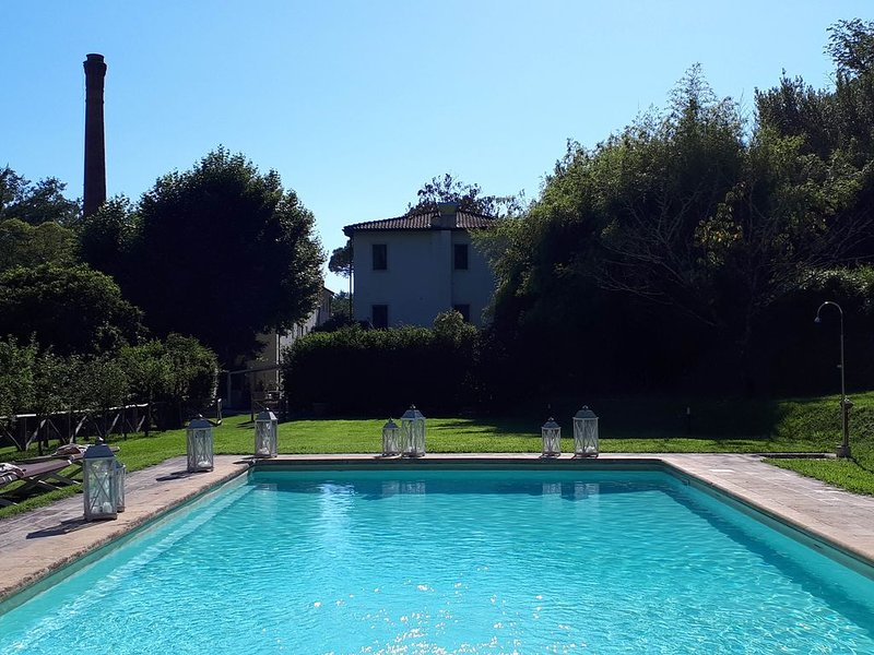 Beautiful 2-bed in Camaiore, Tuscany -  Air-con,  2 pools, lovely gardens, vacation rental in Camaiore