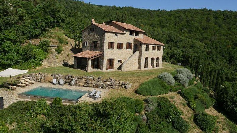 Dimora tipica con piscina e splendida vista, alquiler vacacional en Cortona
