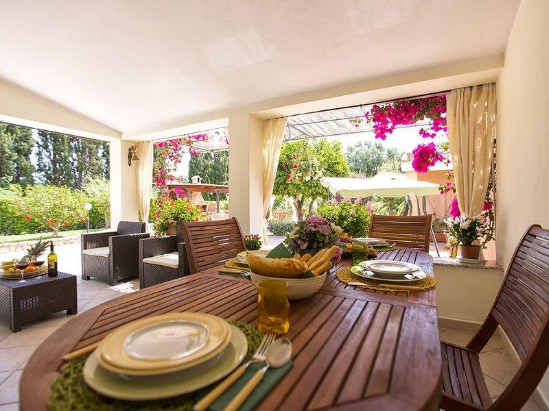 Alghero Villa con giardino per 8 persone vicino alla spiaggia, con 3 camere  AC, vacation rental in Alghero