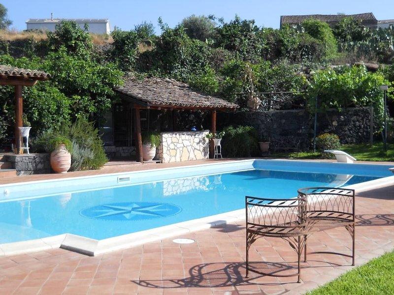 Aci Castello, Appartamento in Villa, parco grande Piscina, tra cultura e relax, location de vacances à Acitrezza