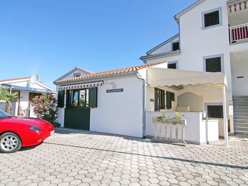 Ferienhaus Malibu mit toller Lage in Porec für 3 Personen, nur 300m vom Strand, vacation rental in Porec