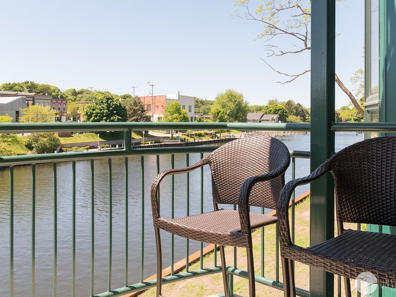 Luxurious Downtown Condo along the Manistee River!, holiday rental in Manistee County