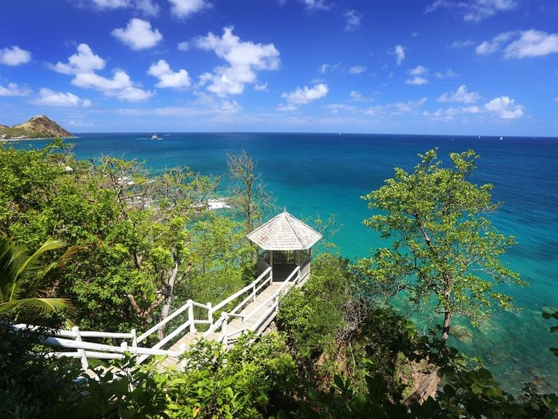 Smugglers Nest - Stunning Two Bedroom Private Oceanfront Villa - Amazing Views, holiday rental in Gros Islet Quarter