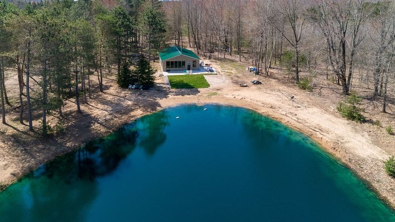 Cabin on 8 wooded acres in the Manistee National Forest w/ Private Pond!, location de vacances à Free Soil