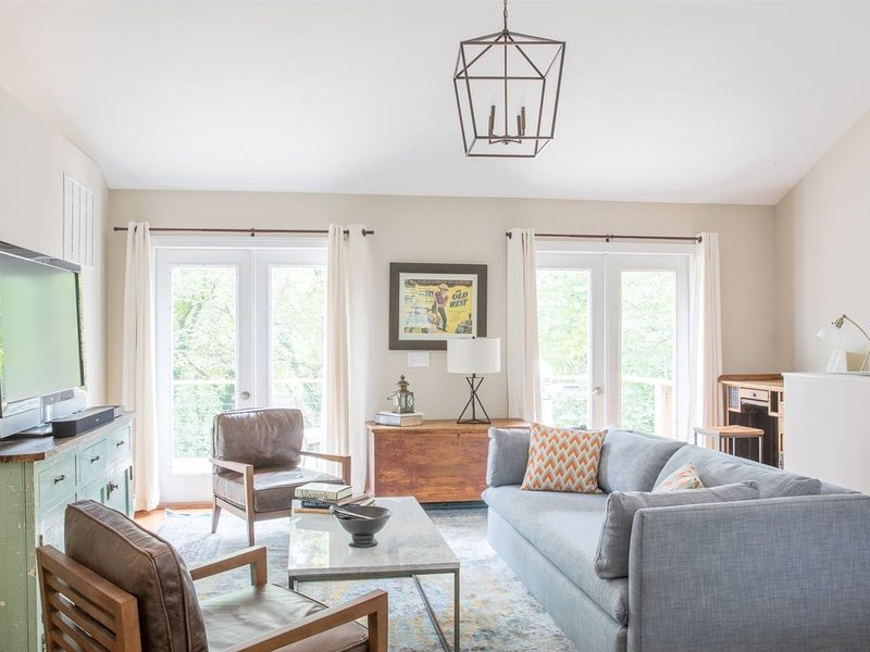 Downtown Carriage House | Located a short walk from the downtown mall and in a q, location de vacances à Charlottesville