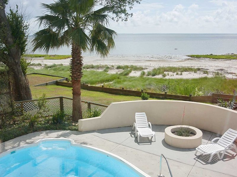 Waterfront home with private pool, beach access and wifi, vacation rental in Harbor Island