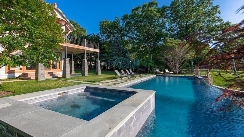 Bay-View Architectural Masterpiece on Hog Creek, Watch Watercolor Sunsets..., location de vacances à East Hampton