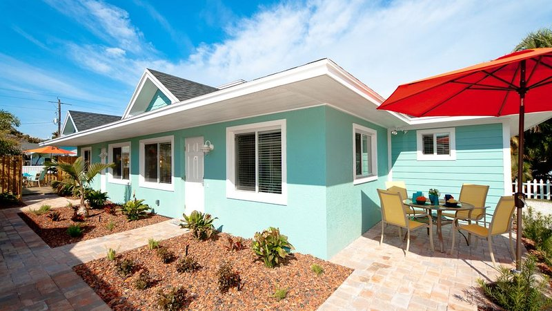 St. John Bungalow - Walk in 2 Minutes to the Beach, Quiet Area, Free WiFi, holiday rental in Bradenton Beach