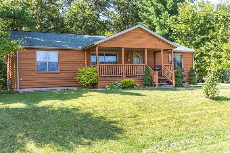 Northwoods Cabin * Spring Brook Resort | Awesome Dells Getaway | Rec Room, vacation rental in Wisconsin Dells
