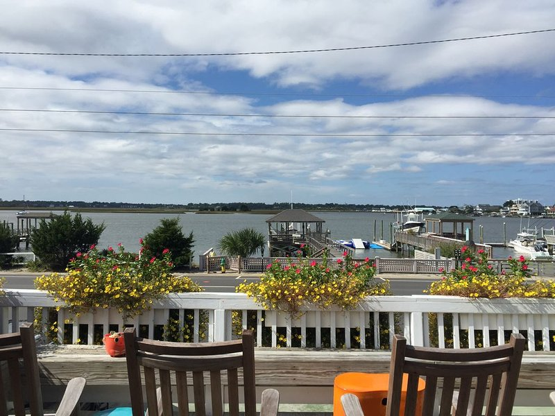 Beautifully Decorated Cottage! Steps from the Beach and Private Dock!, vacation rental in Wrightsville Beach
