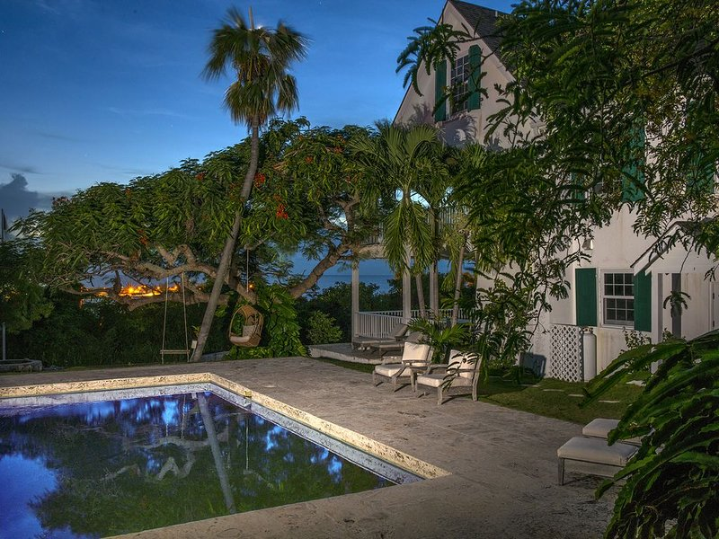 Luxuriously Restored Historic Hilltop Estate with Harbor & Ocean views, casa vacanza a Governor's Harbour