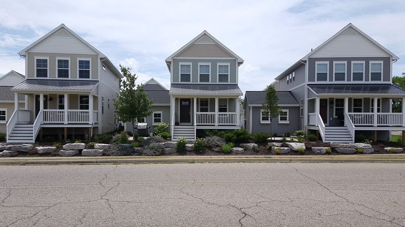 Modern 2BR/3.5BA home - steps to Harbor Shores Golf Course & stunning beaches, holiday rental in Stevensville