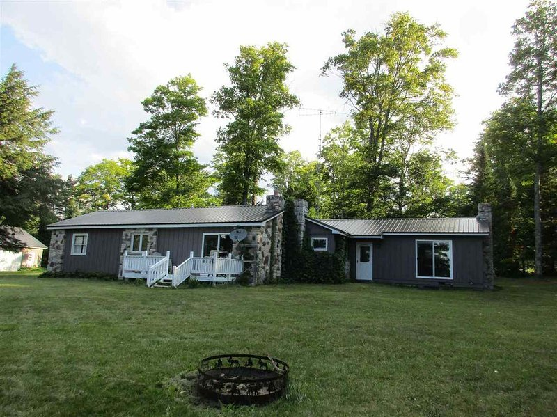 STONE COTTAGE: WIFI- Great for snowmobilers!, holiday rental in Curtis