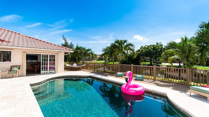 Seaside Sanctuary - 5 Miles to Beach, Stunning Lake Views, Tiki Hut, Pool Tab, holiday rental in Bradenton