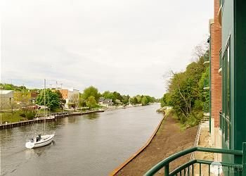Enjoy the Manistee River Channel in this well-appointed Downtown Condo!, casa vacanza a Free Soil