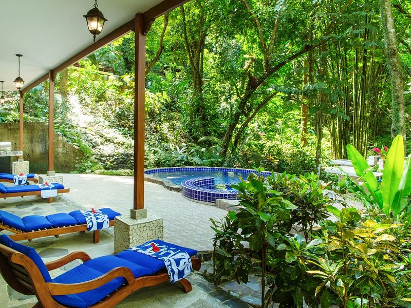 Beautiful 4BR Rainforest Home with Private Pool. Weekly & Monthly Discounts, holiday rental in Quepos