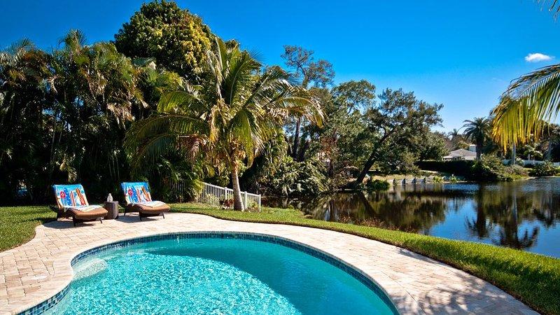 Lakeside Retreat! Lakefront Living in Northwest Bradenton w/ Saltwater Pool, holiday rental in Bradenton