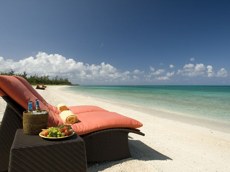 Luxurious Two-bedroom Villa in New Oceanfront Resort, Free Flights, location de vacances à Rock Sound