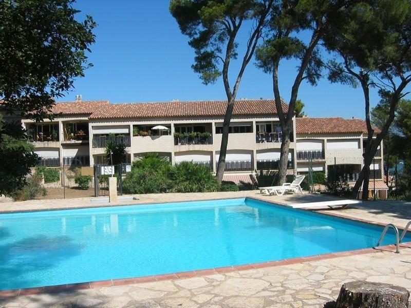 Appartement T3 pieds dans l'eau jardin et terrasse dans résidence avec piscine p, holiday rental in Tamaris-sur-Mer