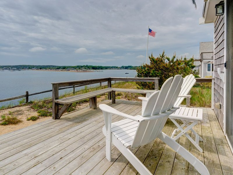 Waterfront home w/deck, patio, bay views & direct beach access!, location de vacances à Wellfleet