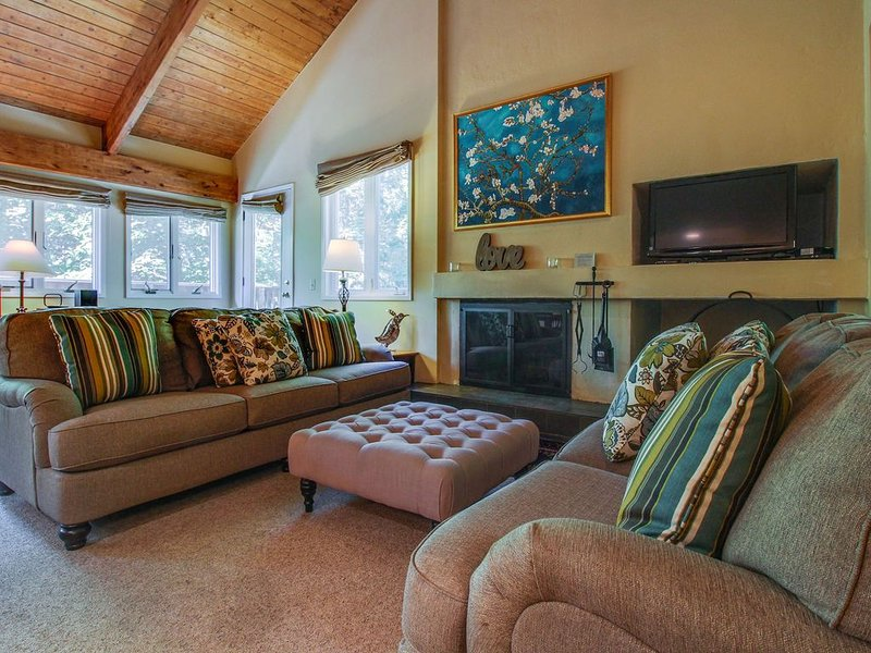 Cozy condo w/ shared pools, hot tub, tennis courts, & a gym - shuttle to slopes, location de vacances à Warren