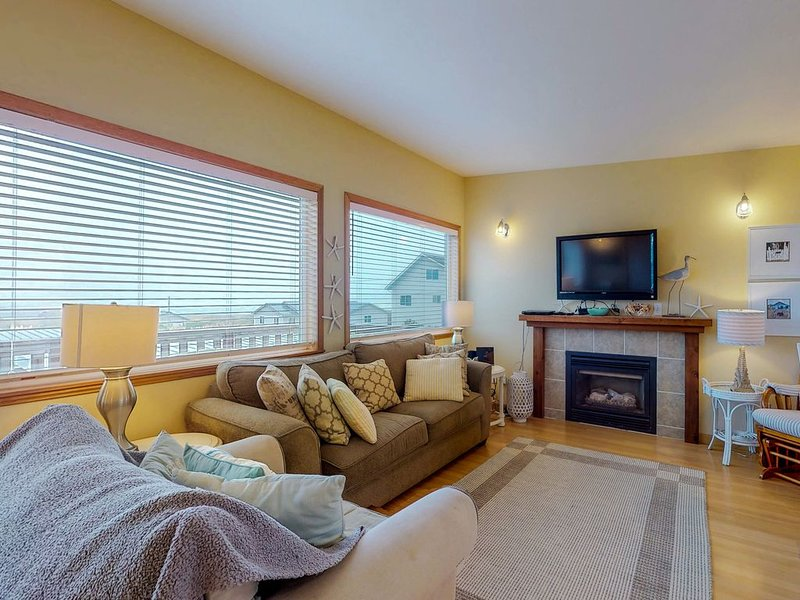 Oceanview and dog-friendly home with fenced yard - dig for clams!, holiday rental in Pacific Beach