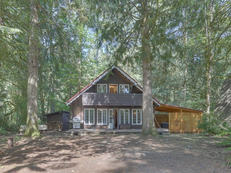 Quiet chalet w/ private hot tub, lots of space, and convenient location!, holiday rental in Rhododendron
