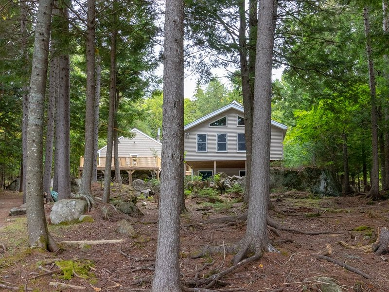 Lakefront cabin w/ dock, outdoor fire, free WiFi, close to town - Dogs OK!, holiday rental in Greenville