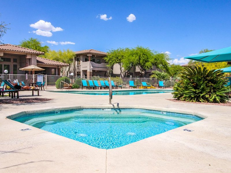 Spacious condo w/ shared pools/hot tub, patio, & lovely views, location de vacances à Oro Valley