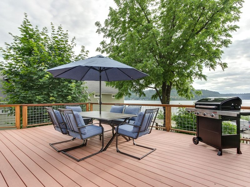 Dog-friendly getaway w/ a large deck & lake view - walk to shops & the marina, holiday rental in Worley