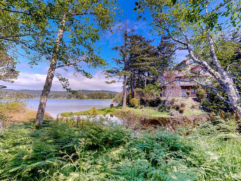 Beautiful lakefront house w/ hot tub, seasonal dock & dog-friendly!, location de vacances à Port Orford