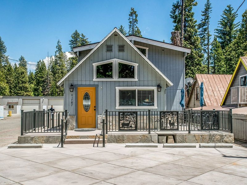 Cozy cabin with central location near shopping, dining, and lake, holiday rental in Big Creek
