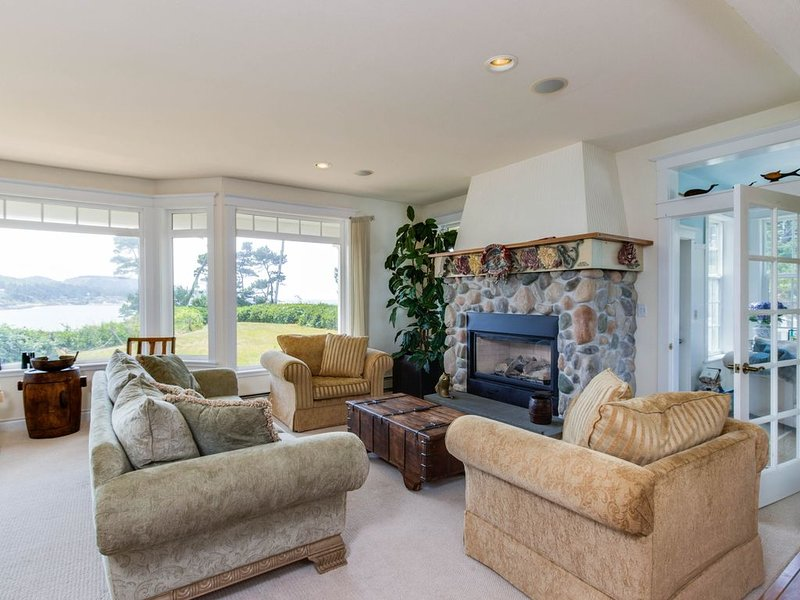 Gorgeous oceanfront home w/ incredible views & home comforts - great for groups!, alquiler vacacional en Depoe Bay