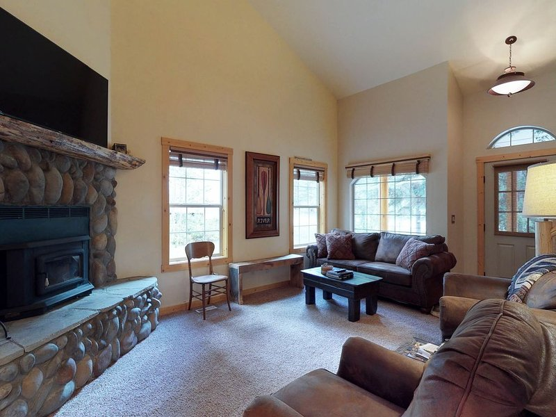 Family-friendly cabin w/ hot tub -near Payette Lake, golf & skiing, holiday rental in New Meadows