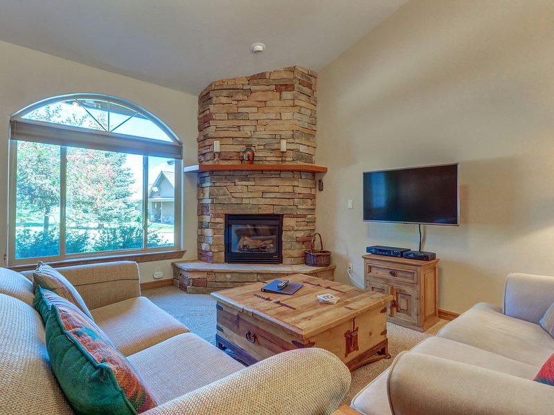 Convenient condo w/ porch - near lakes, skiing, hot springs & more!, casa vacanza a Pagosa Springs