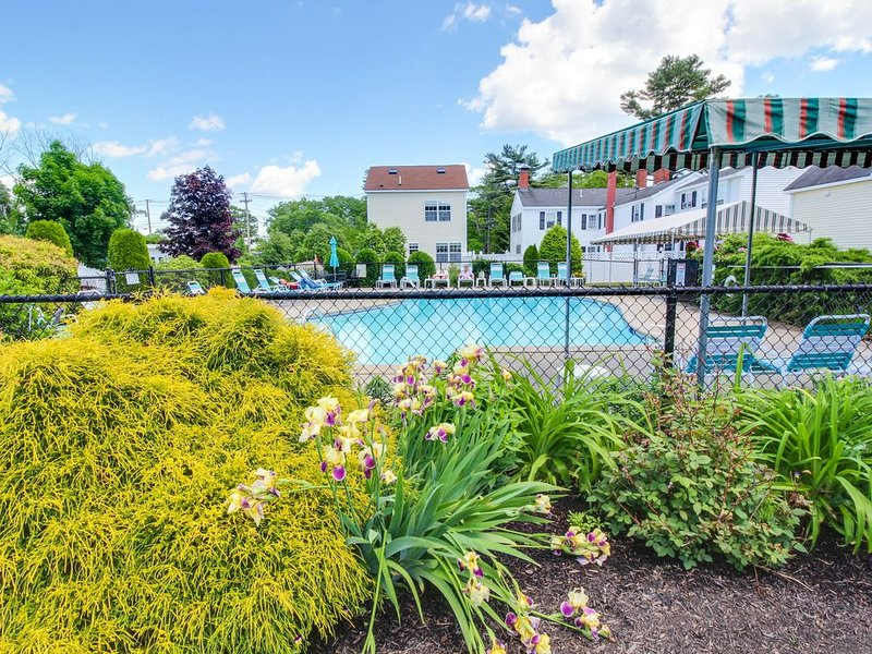 Simple condo w/patio & shared pool terrace - walk to beaches, holiday rental in North Berwick