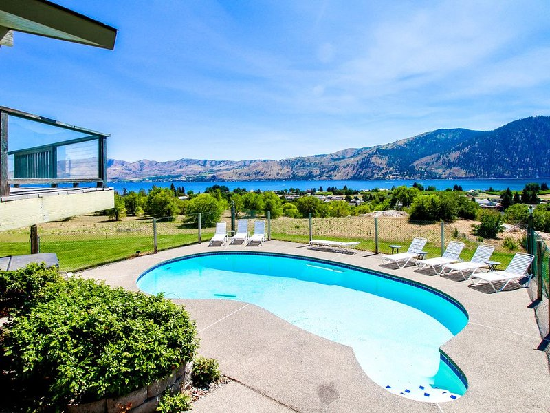 Group getaway w/ private pool, hot tub, and fantastic mountain/lake views!, holiday rental in Manson