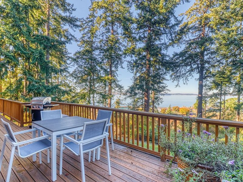 Ocean view property w/ 3 living spaces, nearby beach & stellar view, alquiler vacacional en Coupeville