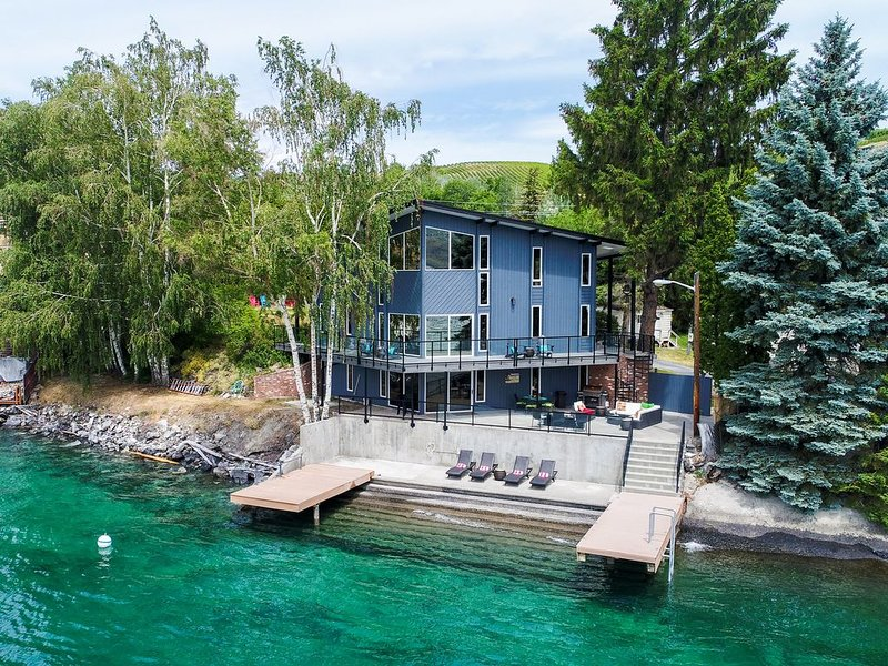 Waterfront * Rocky Point Lodge w/ an infinity point of view & hot tub - Dogs OK!, aluguéis de temporada em Chelan