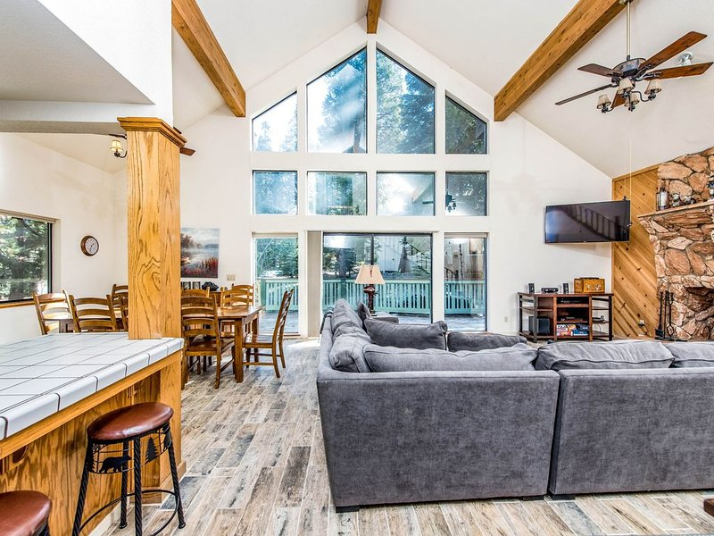 Dog-friendly cabin with a spacious deck and outdoor seating!, alquiler de vacaciones en Shaver Lake